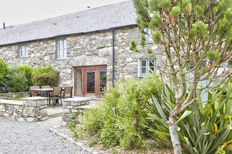 The Cottage - A wonderful 2 bedroom cottage equipped to the very highest of stan, vacation rental in Fron