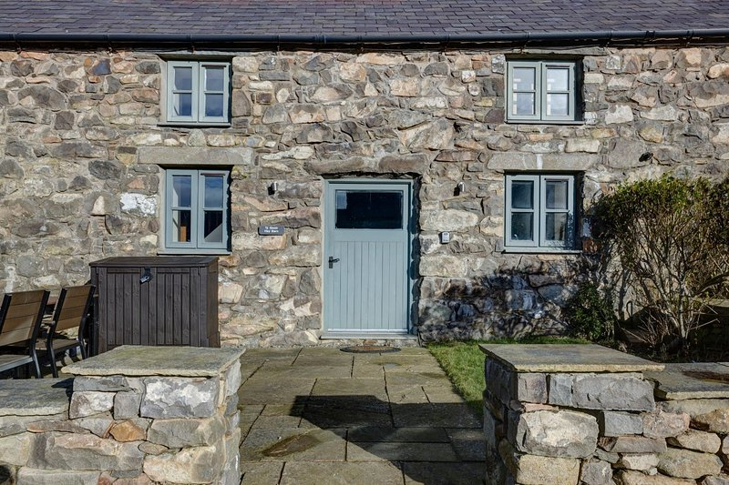 The Haybarn - The Hay Barn – Exclusive 2 bedroom stone cottage, luxuriously appo, vacation rental in Fron