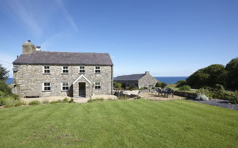 The Farmhouse - The Farmhouse - A stunning 4 bedroom traditional stone farmhouse, vacation rental in Fron