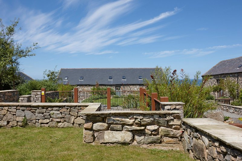 The Threshing Barn - The Threshing Barn – Exclusive 3 bedroom stone cottage, lux, vacation rental in Fron