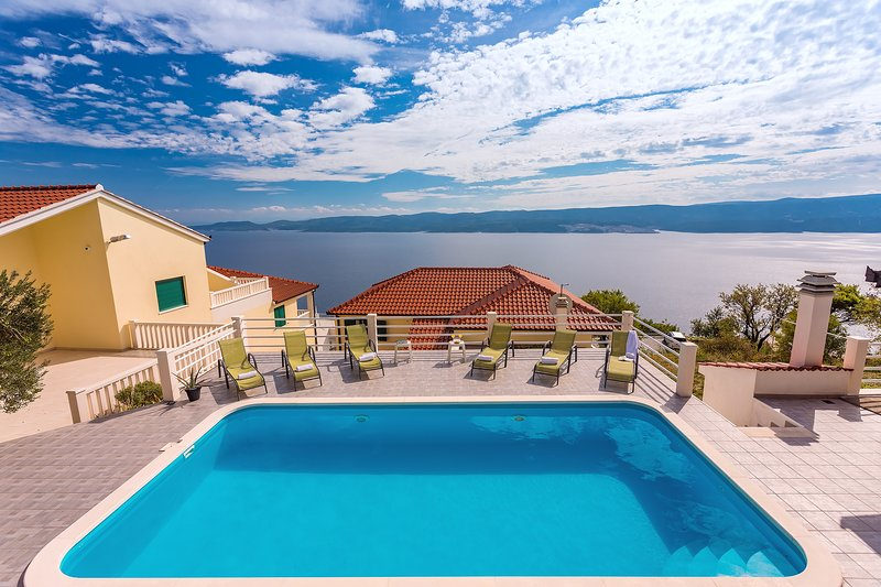 VILLA MASLINA 32m2 Pool, panoramic sea views on 100km coastline, 12 pax, alquiler de vacaciones en Lokva Rogoznica