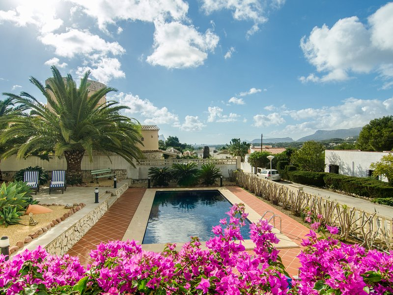 Gorgeous villa with private pool and near golf course and beach, holiday rental in Benimeit