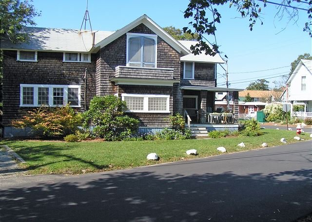 CLASSIC AND CHARMING COTTAGE WALKING DISTANCE TO THE BEACH AND TOWN – semesterbostad i Oak Bluffs
