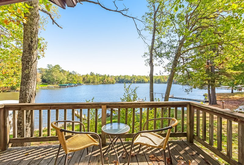 Charming, dog-friendly villa w/ fireplace, deck & views of Voyageur Lake!, holiday rental in Eagle River