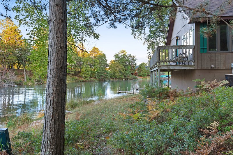 Dog-friendly villa w/ shared tennis court & boat dock on Chain of 28 Lakes!, holiday rental in Eagle River
