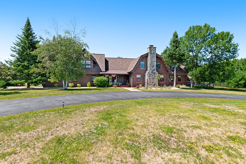 Beautiful farmhouse w/ firepit, screened porch & gas grill - close to lakes!, location de vacances à Three Lakes