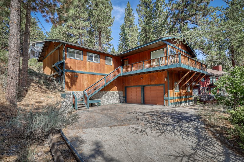 Modern cabin w/ a gas fireplace, spacious deck, & beautiful forest views, holiday rental in Carson City