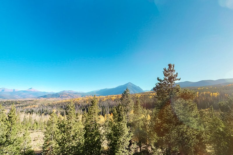 Lofted condo w/ mountain views & shared pool/hot tubs - near hiking/biking!, location de vacances à Silverthorne