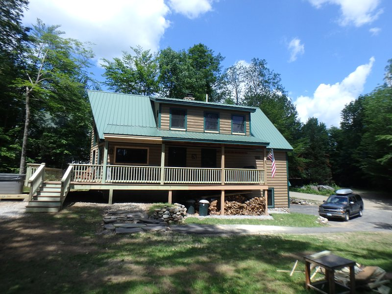 ON MOUNTAIN, SKI IN-SKI OUT Sleeps 14-16 HappyTrails, vacation rental in Newry