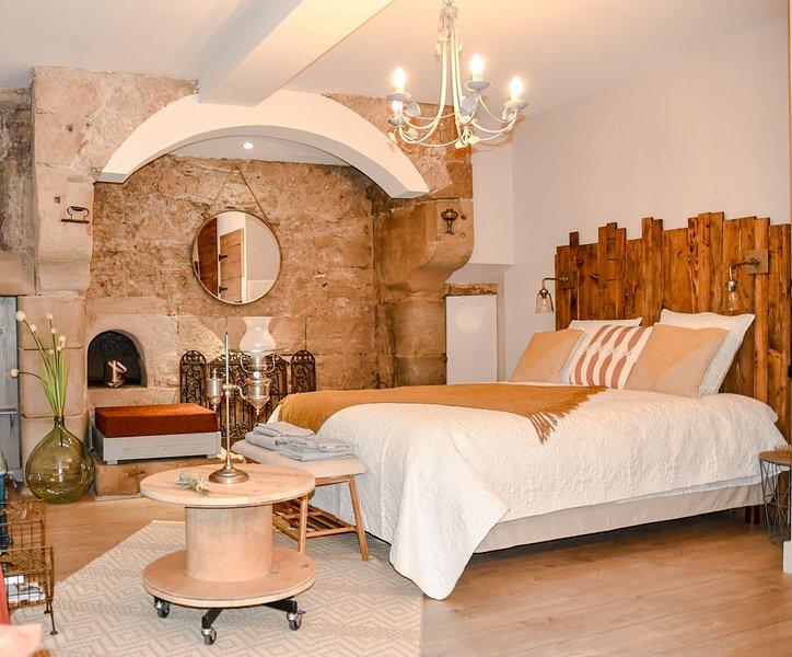 Bed in Shop La Chaumière, un séjour dans une cuisine du Moyen-Âge !, vacation rental in Chabeuil