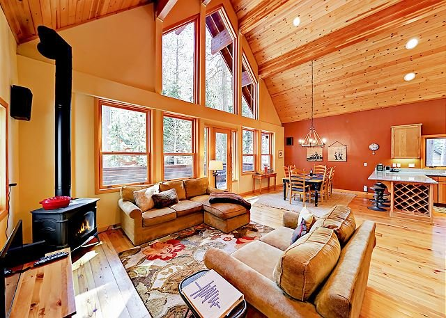 North Tahoe Chalet w/ Private Garage - Walk to Donner Lake!, aluguéis de temporada em Norden