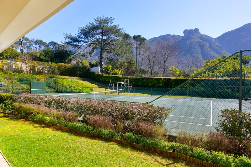5 Bedroom Bishopscourt Home with tennis court, holiday rental in Bishopscourt