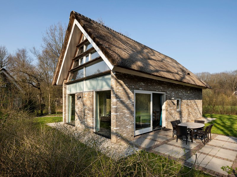 Thatched villa with two bathrooms, at 8 km. from Hoogeveen, Ferienwohnung in Spier