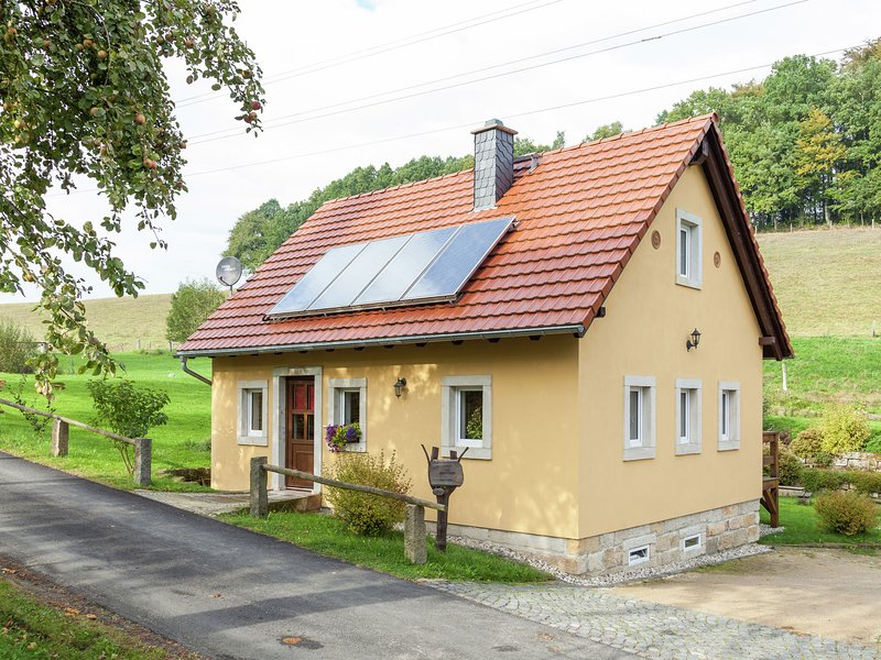 Comfortable holiday home near Dresden with wood stove and private garden, location de vacances à Altendorf