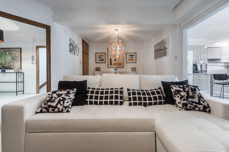 IMPRESIONANTE CASA  DE 170M. PARA 14/20 PERSONAS CON TERRAZA DE 50M CON BARBACOA, holiday rental in Montserrat