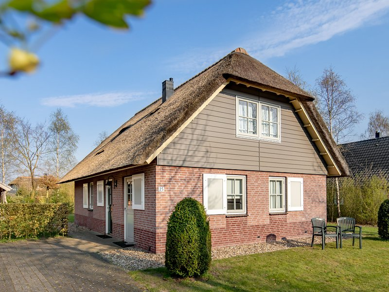 Thatched villa with 2 bathrooms, 2 km. from Appelscha, casa vacanza a Dieverbrug