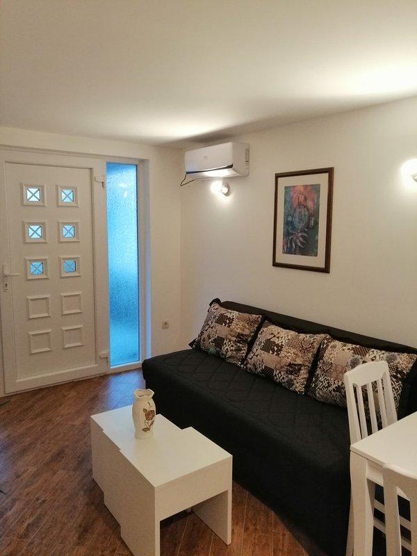 woonkamer en voordeur appartement nr. 1