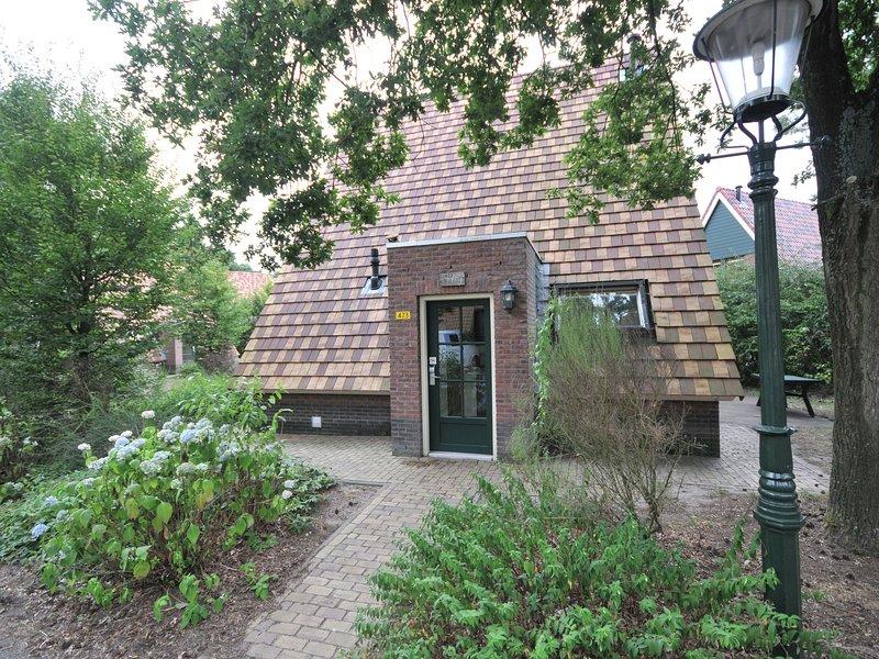 Detached bungalow with steam shower near the Vrachelse Heide, Ferienwohnung in Prinsenbeek