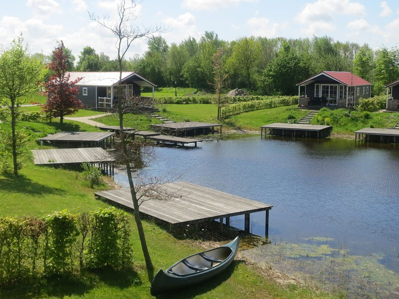 Lovely tent with a kitchen and bathroom, located near a pond – semesterbostad i Provinsen Flevoland