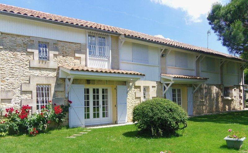 Maison spacieuse,piscine proche Bordeaux dans vignoble blayais, holiday rental in Reignac