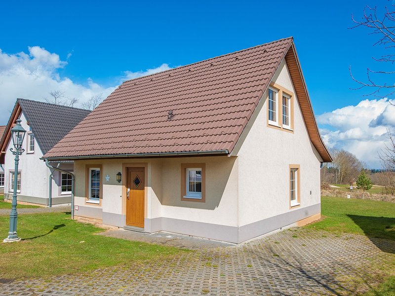 Traditional style villa with 2 bathrooms near river Moselle – semesterbostad i Ediger-Eller