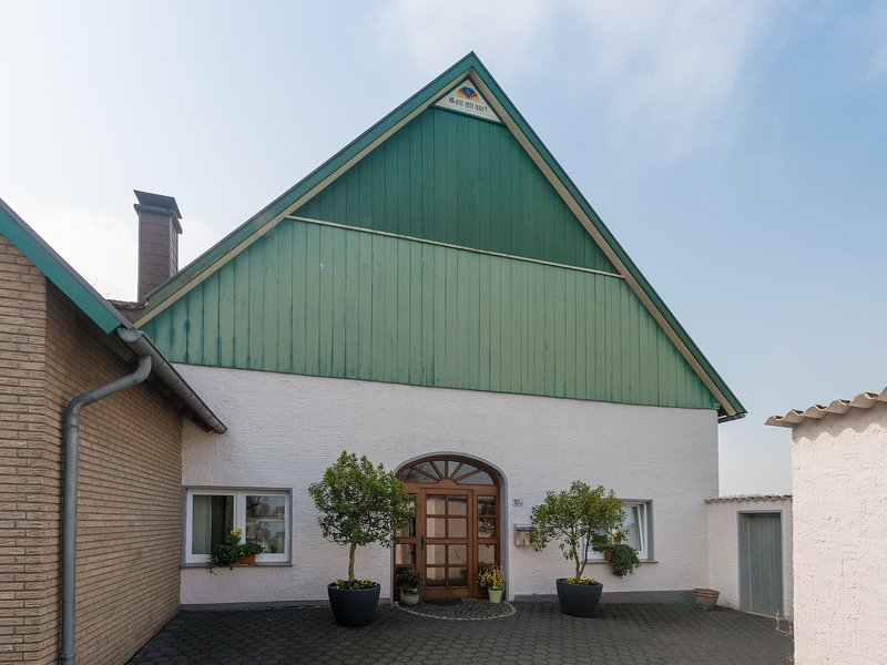 Spacious Apartment in Leopoldshöhe near Teutoburg Forest, vacation rental in Rheda-Wiedenbruck
