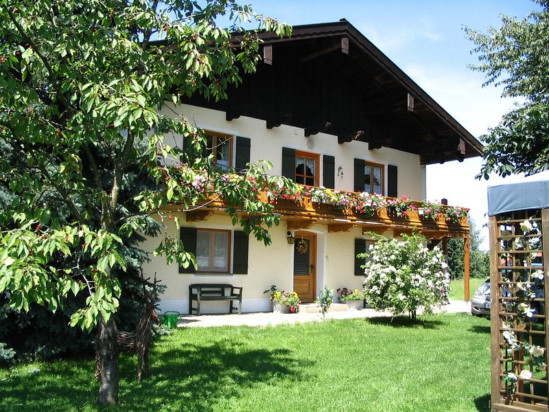 Cosy apartment with a stunning view of the Alps near Lake Chiemsee, holiday rental in Aschau Im Chiemgau