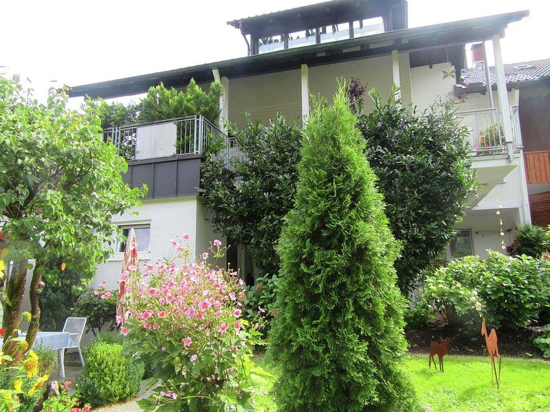 Beautiful apartment near Baden-Baden with covered terrace and garden, location de vacances à Enzklosterle