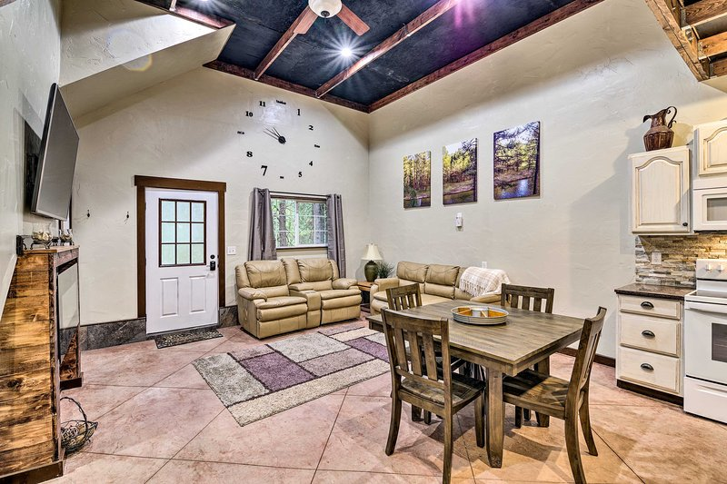 Garden Valley Cabin w/ Fire Pit & River View!, aluguéis de temporada em Crouch