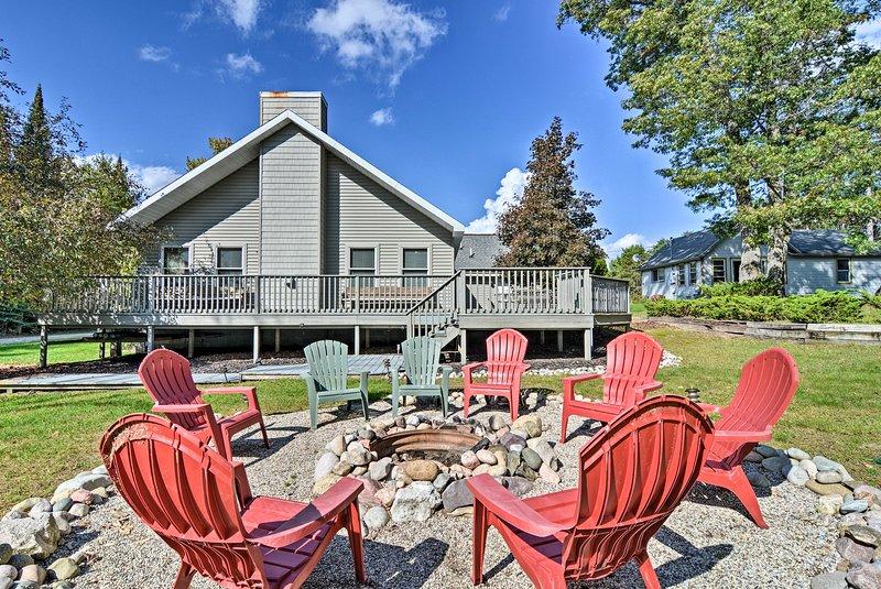 Roscommon Home w/Deck, 7 Mi to Higgins Lake!, vacation rental in Saint Helen