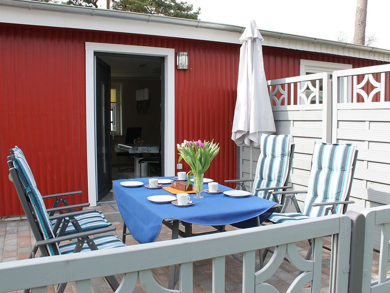 Waterfront Bungalow in Pepelow near Sea Beach, holiday rental in Am Salzhaff