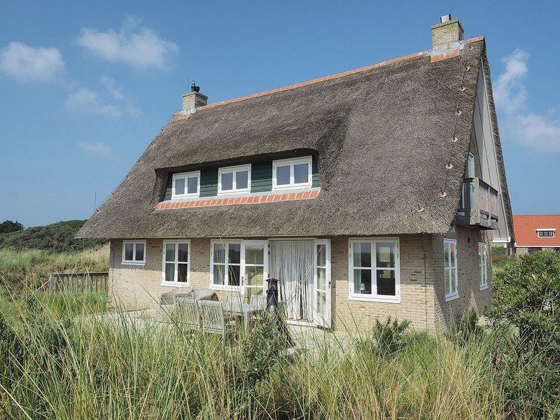 Beautiful villa on Terschelling in the dunes, 150 meters away, casa vacanza a Midsland