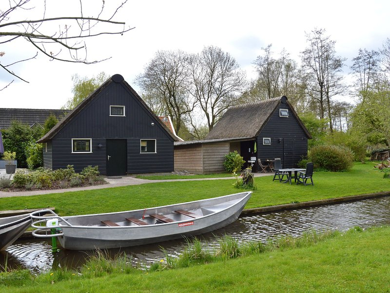Modern holiday home in old centre of Giethoorn with 2 hours of boat use, holiday rental in Wanneperveen