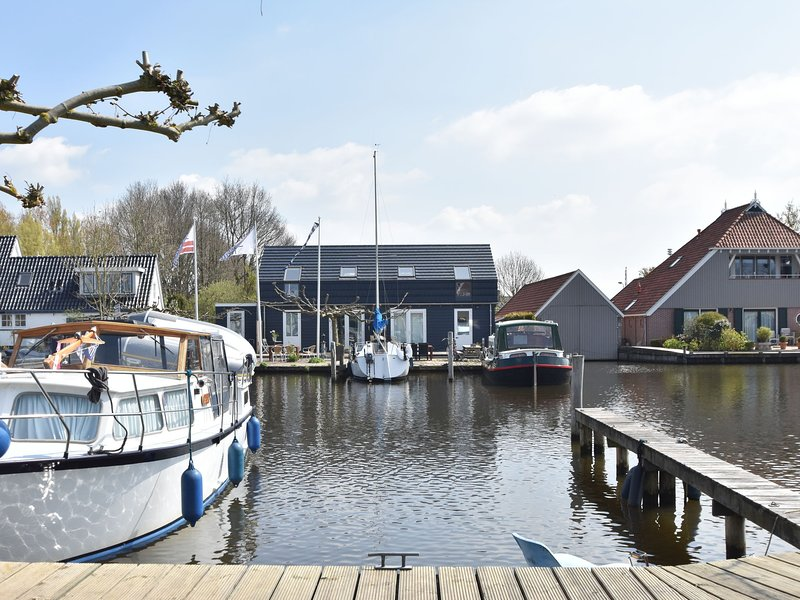 Uniquely situated, designer apartment on open waterway between Joure and Sneek, Ferienwohnung in Idskenhuizen