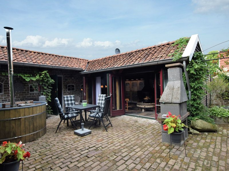 Cozy Holiday Home in Musselkanaal with Hot Tub, vacation rental in Bourtange