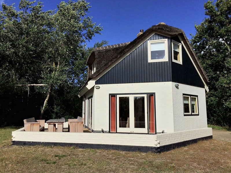 Peace and space in your own villa in the dunes, location de vacances à Den Burg