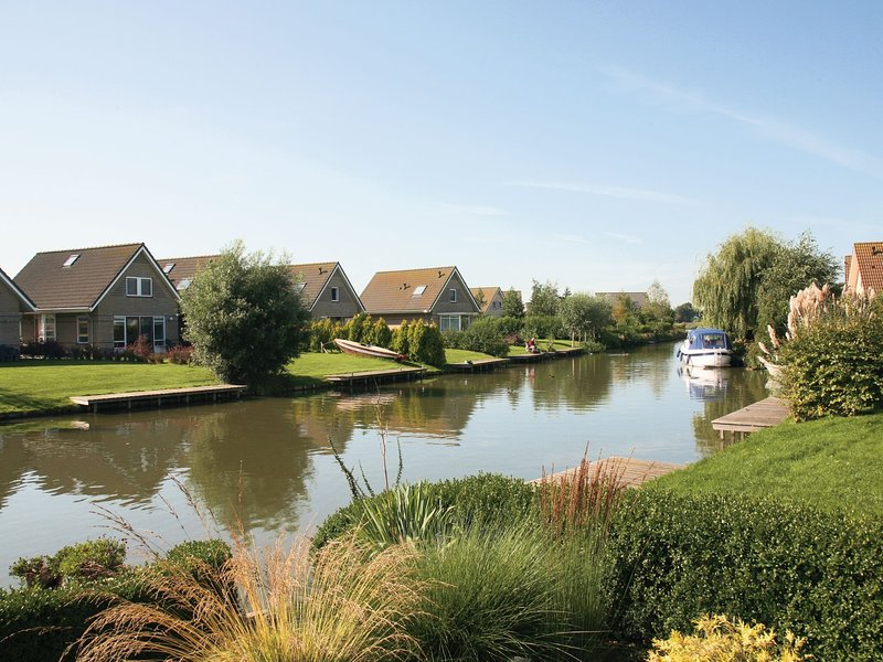 Beautiful house with jetty and sauna located near IJsselmeer, holiday rental in Medemblik