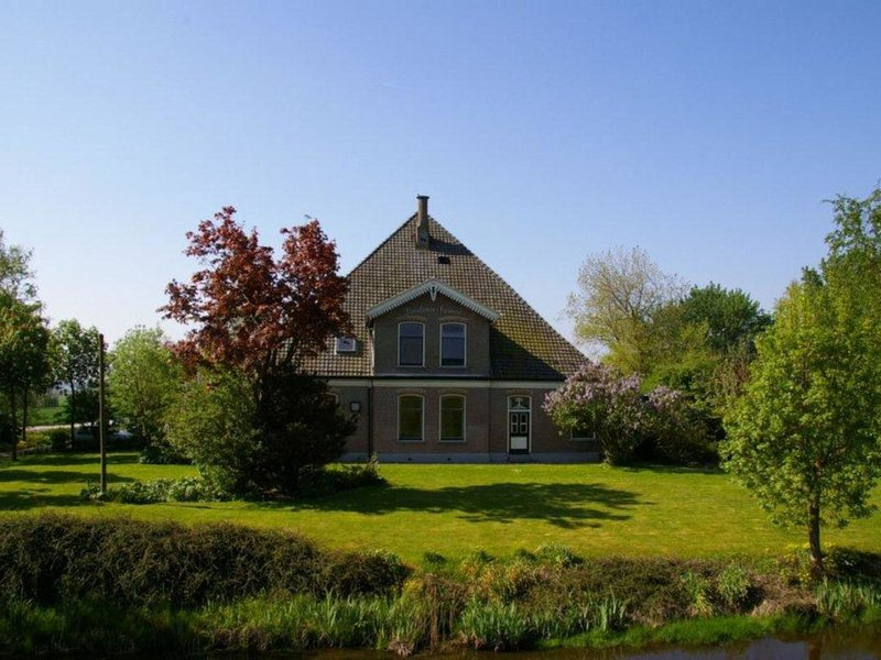 Beautiful and stylishly decorated farmhouse in a rural location near the city of, vacation rental in Berkhout