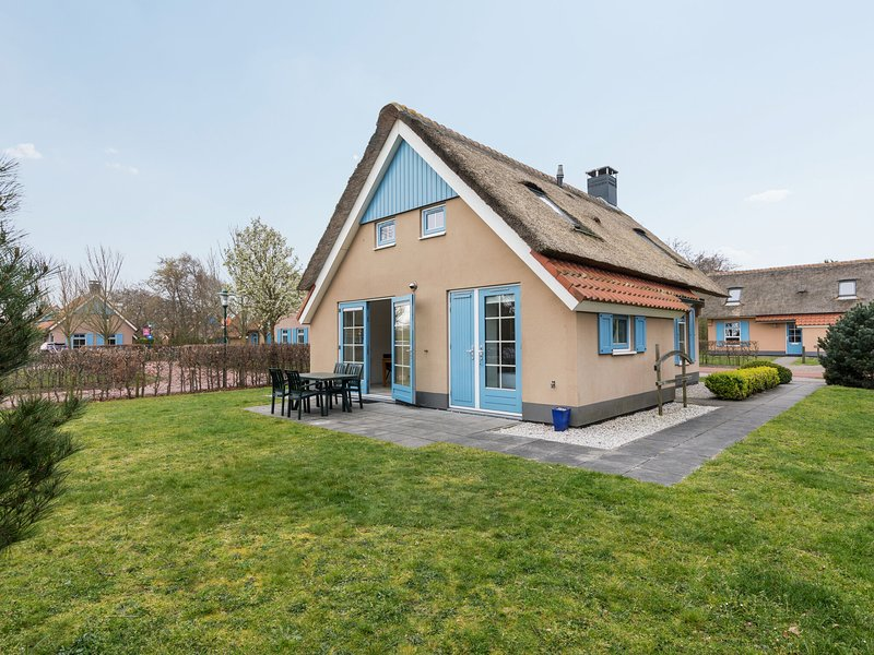 Traditional villa with dishwasher, on Texel, sea at 2 km., vacation rental in Den Hoorn