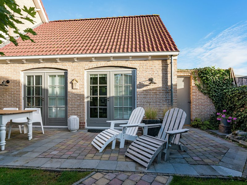Romantic cottage with sauna in a beautiful cycling and walking environment., holiday rental in Baarland
