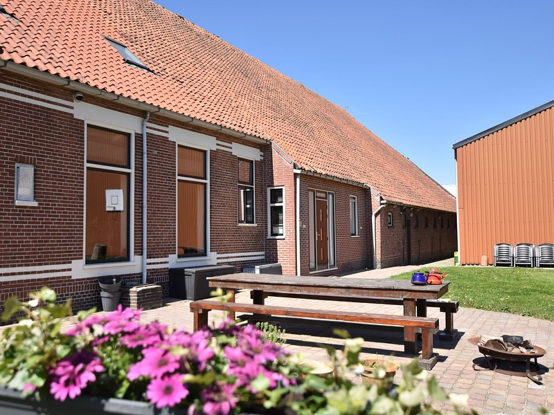 Cosy Holiday Home in Meeden with Large Garden, holiday rental in Steendam