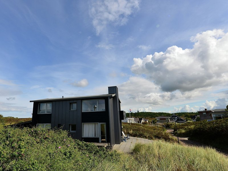 Unique family home directly by the beach of Bergen aan Zee with terrace, holiday rental in Bergen aan Zee