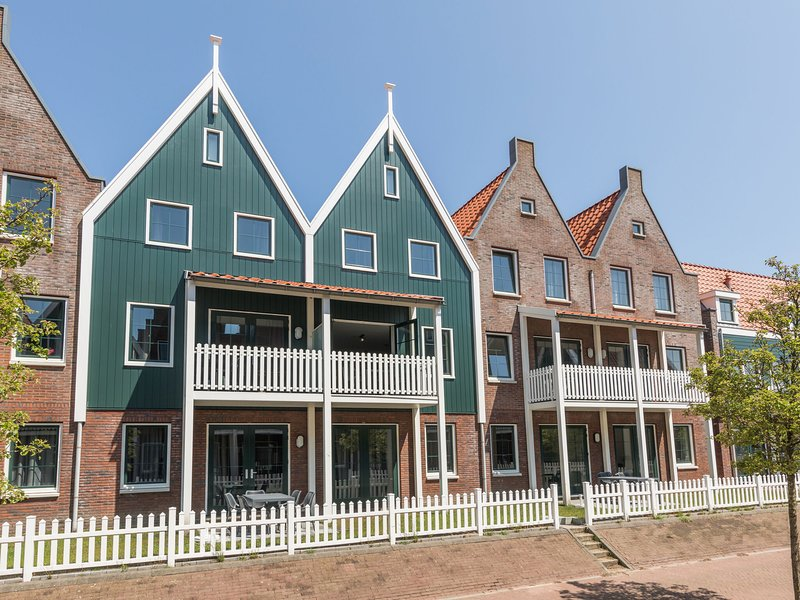 Restyled apartment in Volendam style on the Markermeer, vacation rental in Warder