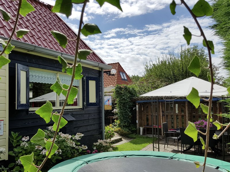 Beautiful Holiday Home near Canal in 't Zand on Dutch Coast, vacation rental in Anna Paulowna