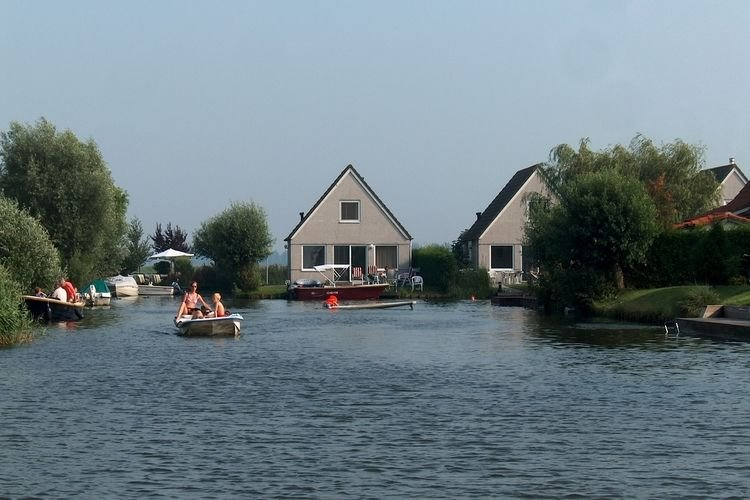 Detached bungalow with dishwasher, directly at the water, holiday rental in Medemblik
