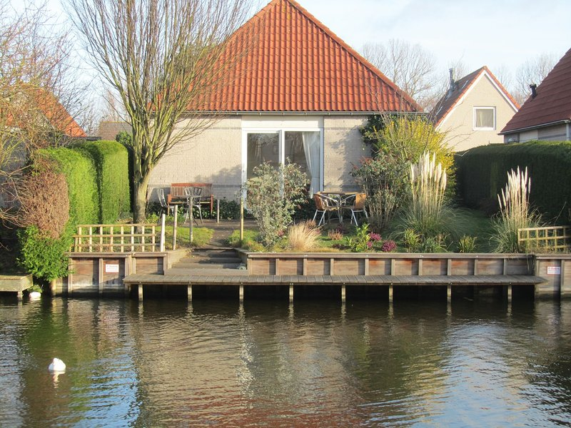 Detached bungalow with dishwasher, directly at the water, vacation rental in Berkhout