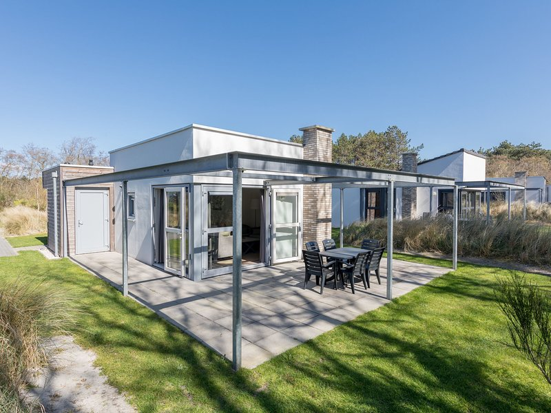 Luxury chalet with two bathrooms, 1 km from the sea on Texel, vacation rental in Den Hoorn