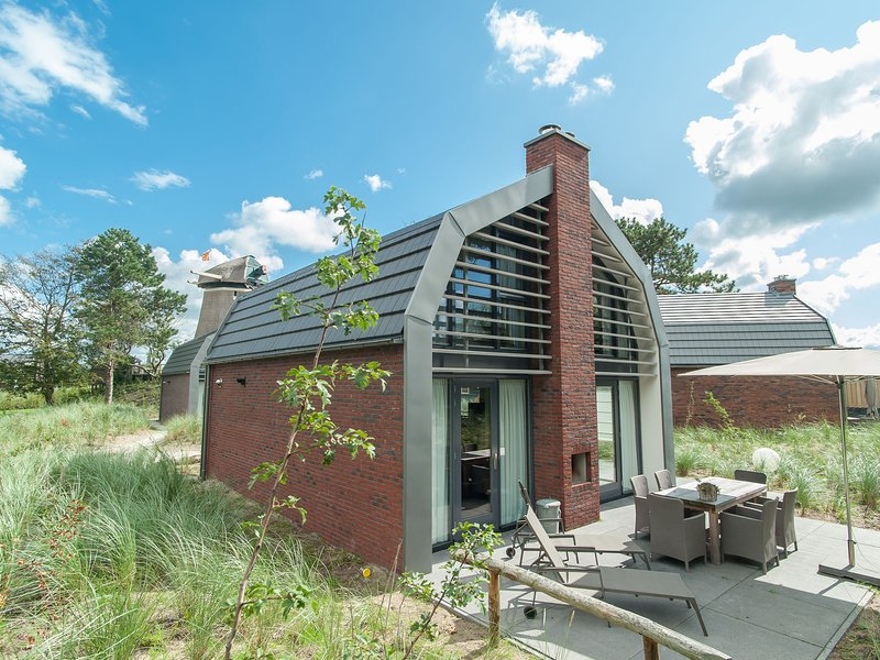 Stunning Holiday Home in Egmond aan Zee by the Sea, holiday rental in Egmond aan den Hoef