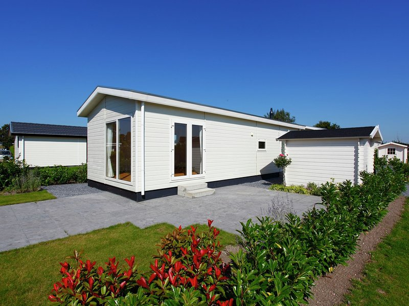 Neat chalet with microwave 3.5 km. from the beach in Egmond, holiday rental in Heiloo