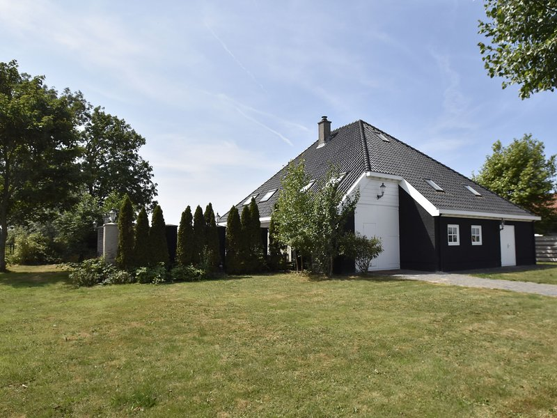 Dutch farmhouse for 12 people in picturesque Schoorl with views across the dunes, holiday rental in Bergen